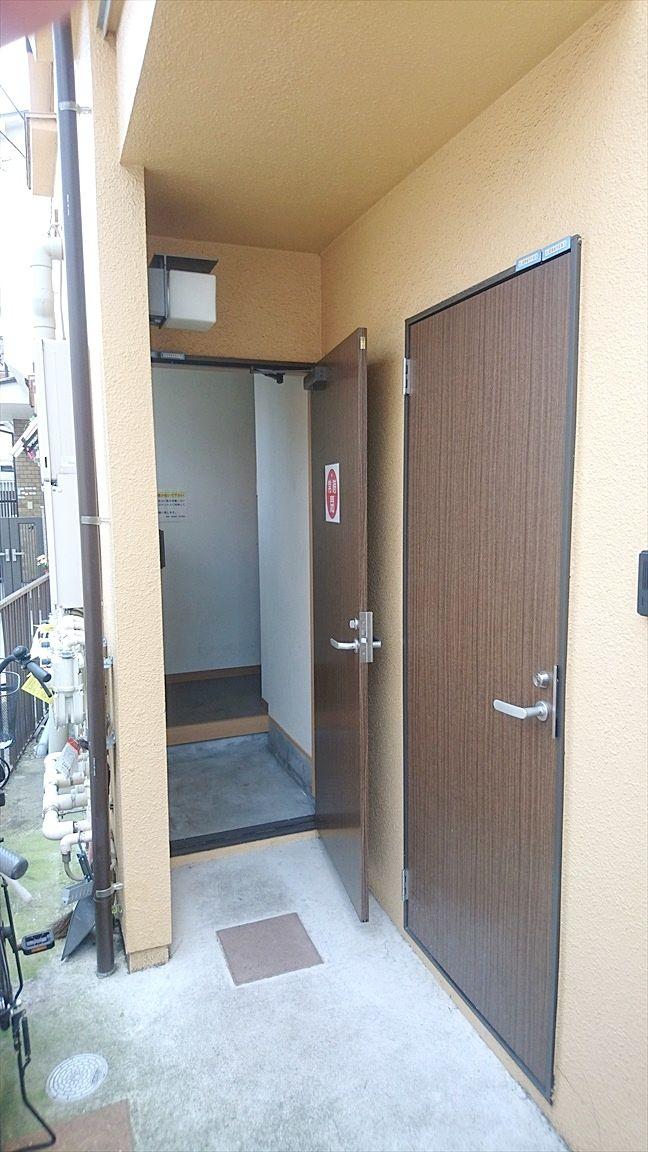 池袋本町のアパート アゼリアハイツ池袋は1階玄関から靴を脱いで2階へ上がります
