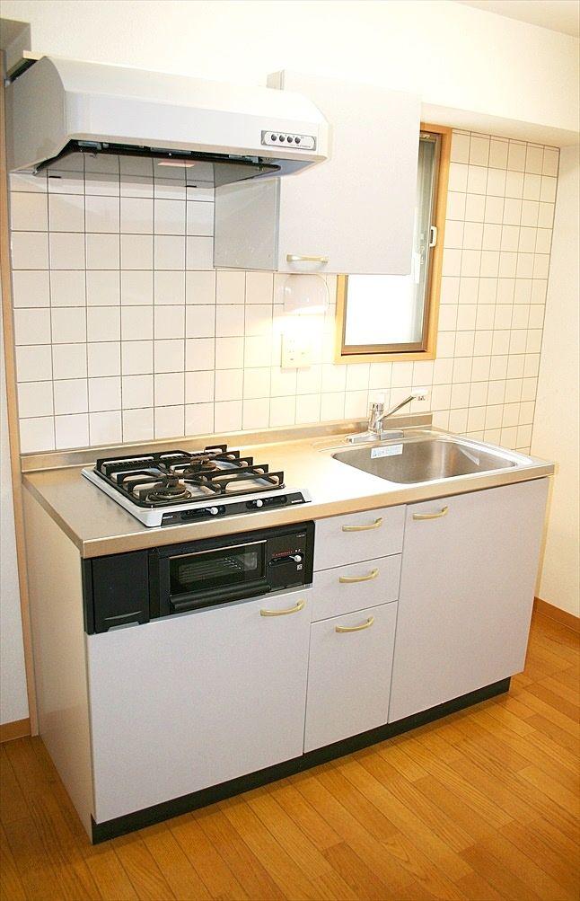 キッチンはガスコンロ2口設置済みです。グリルもあるので料理もらくらくです。