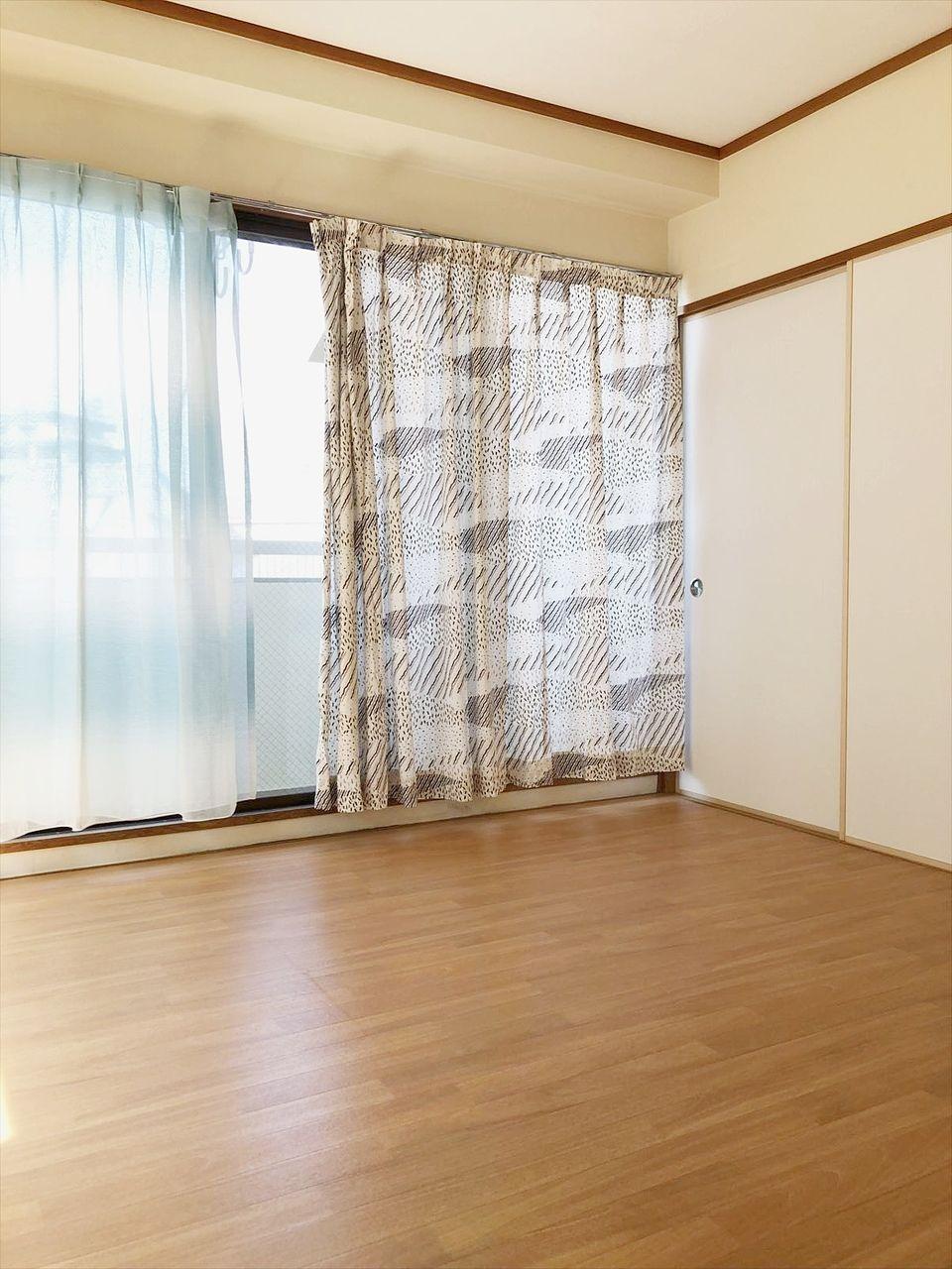 お部屋の入り口からみた洋室の風景です