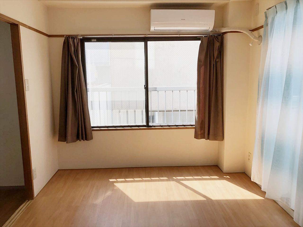 和室を洋室にリフォームしたお部屋は南側に窓があり明るいです