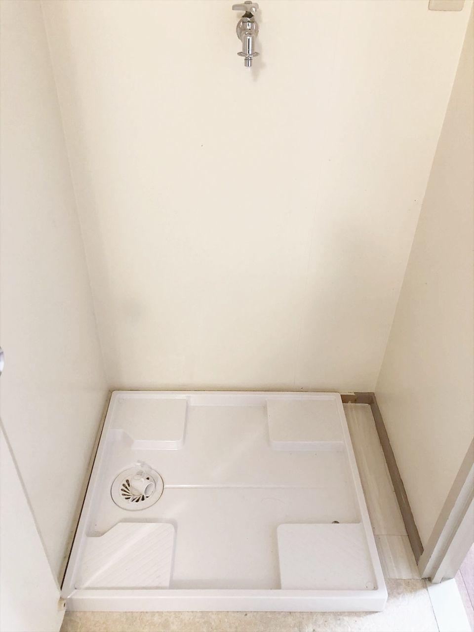室内 脱衣所に洗濯機置き場あります。