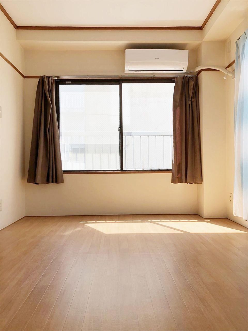 和室を洋室にリフォームしたクレインヴィレッジ401号室 南側に窓があり明るいお部屋です。
