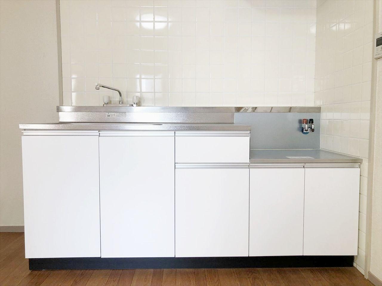 新品に交換済みのクレインヴィレッジ401のキッチンです。ガスコンロ2口設置可です