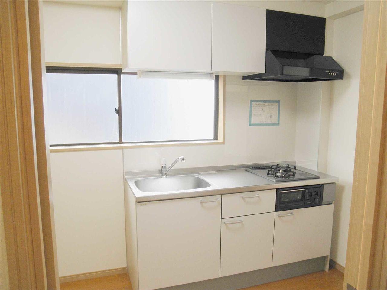 2012年に新規に交換したシステムキッチンです。窓があり換気バッチリ、匂いがこもりません