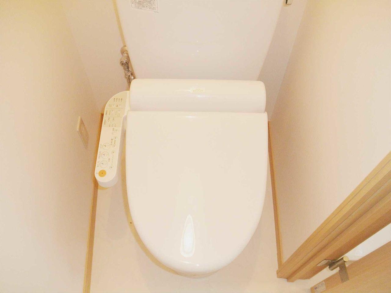 トイレ ウォシュレット設置済みです 窓があり換気できます