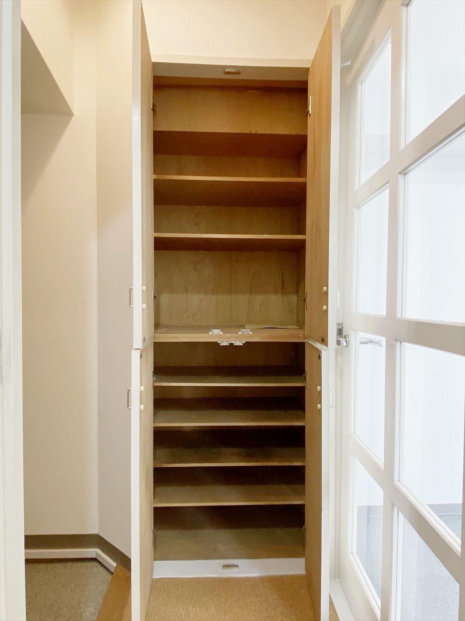 アゼリア青新ビル 605号室は玄関に靴箱あります。収納力たっぷり