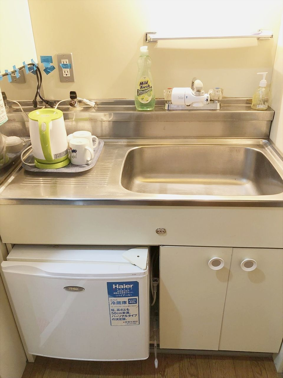 コンパクトなキッチンです。冷蔵庫・電子レンジ・湯沸かしポットが付いています