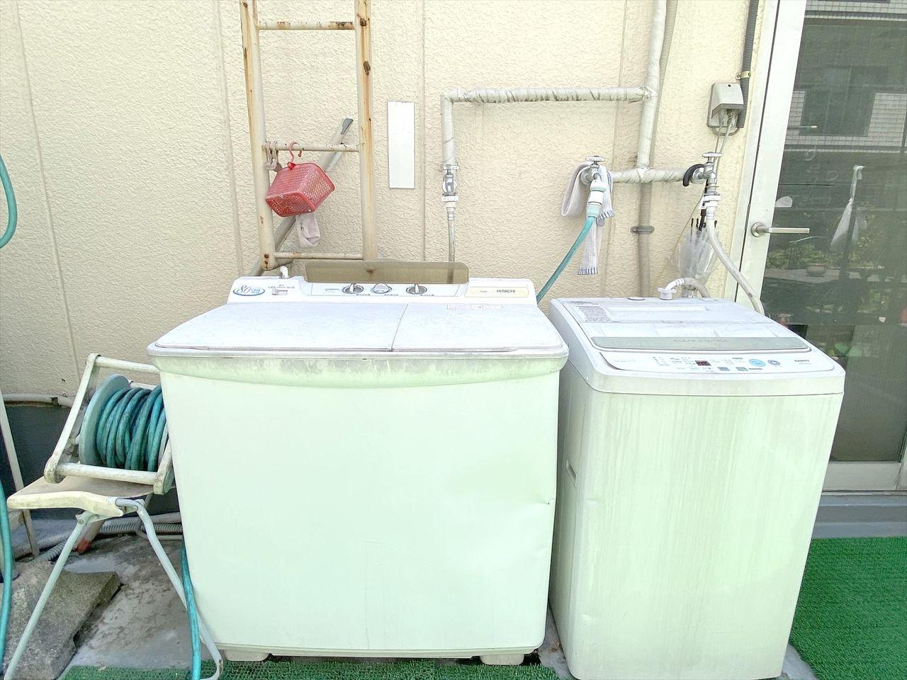 4階のバルコニーに洗濯機あります。