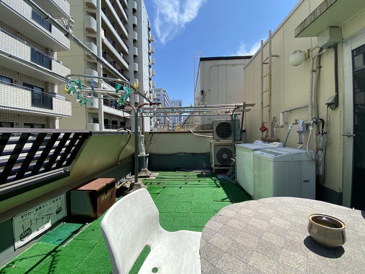 4階にバルコニーあります。洗濯機が使用でき、喫煙も可能です