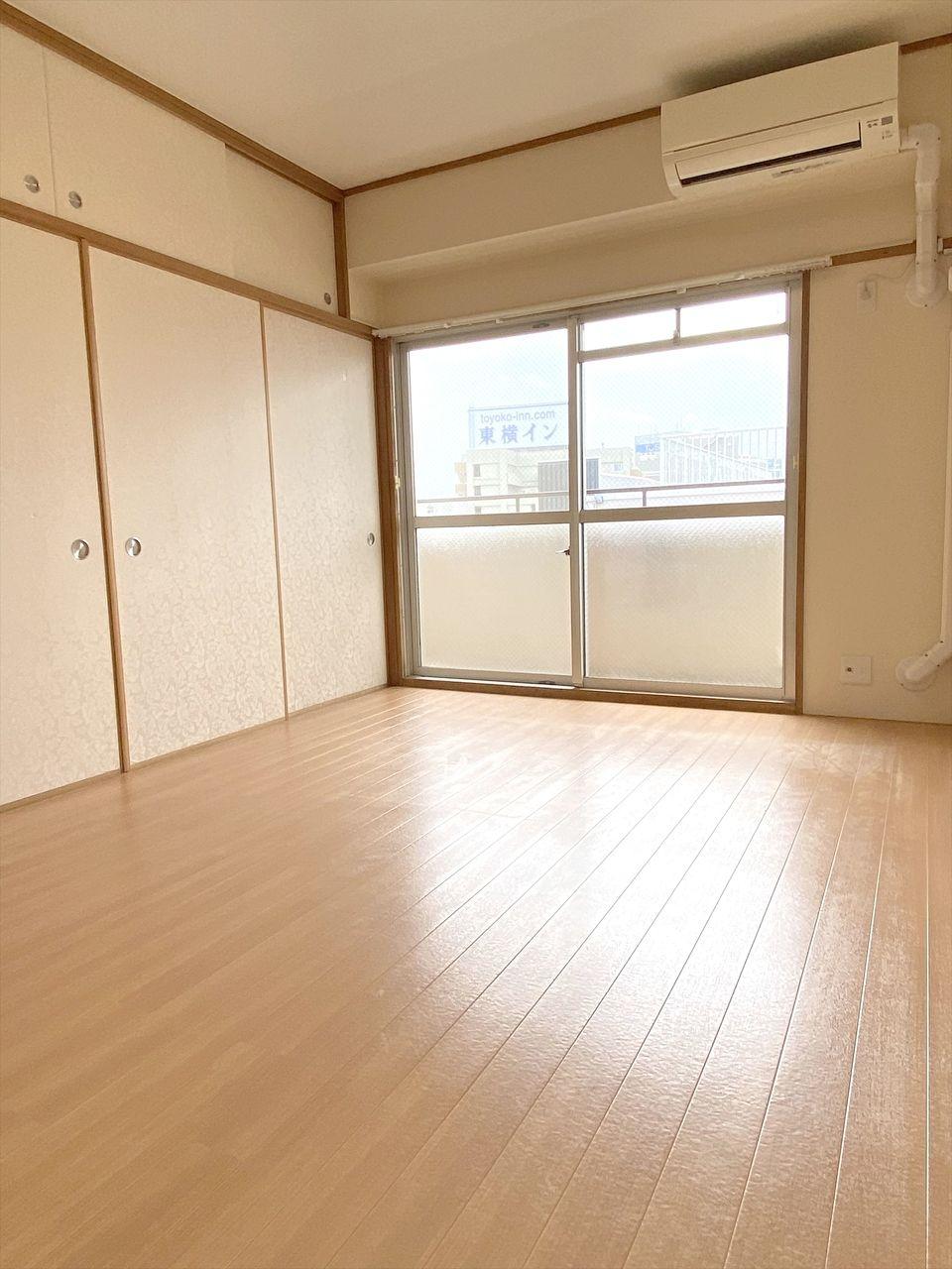 和室を洋室にリフォームしたお部屋です。2帖分の大きな収納があり便利です