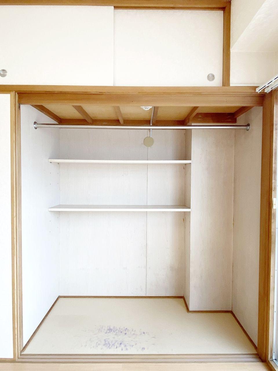 1畳分のクローゼットです。押入れを改造したので奥行きがあり、奥に収納棚があります