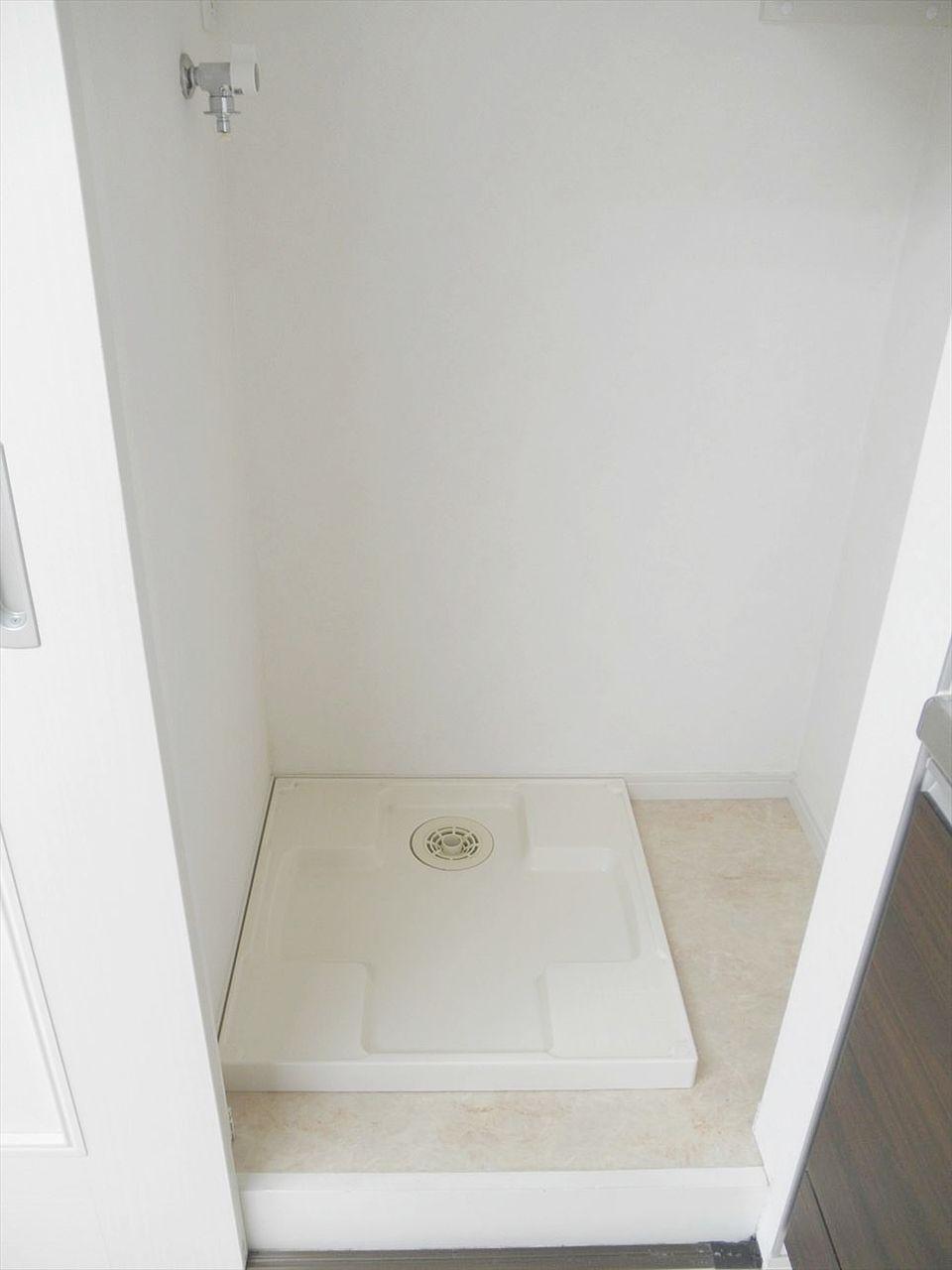 アゼリア青新ビル903号室は室内に洗濯機置き場あります。リビングのキッチン脇にあり、使用しない際は扉を閉めておけます