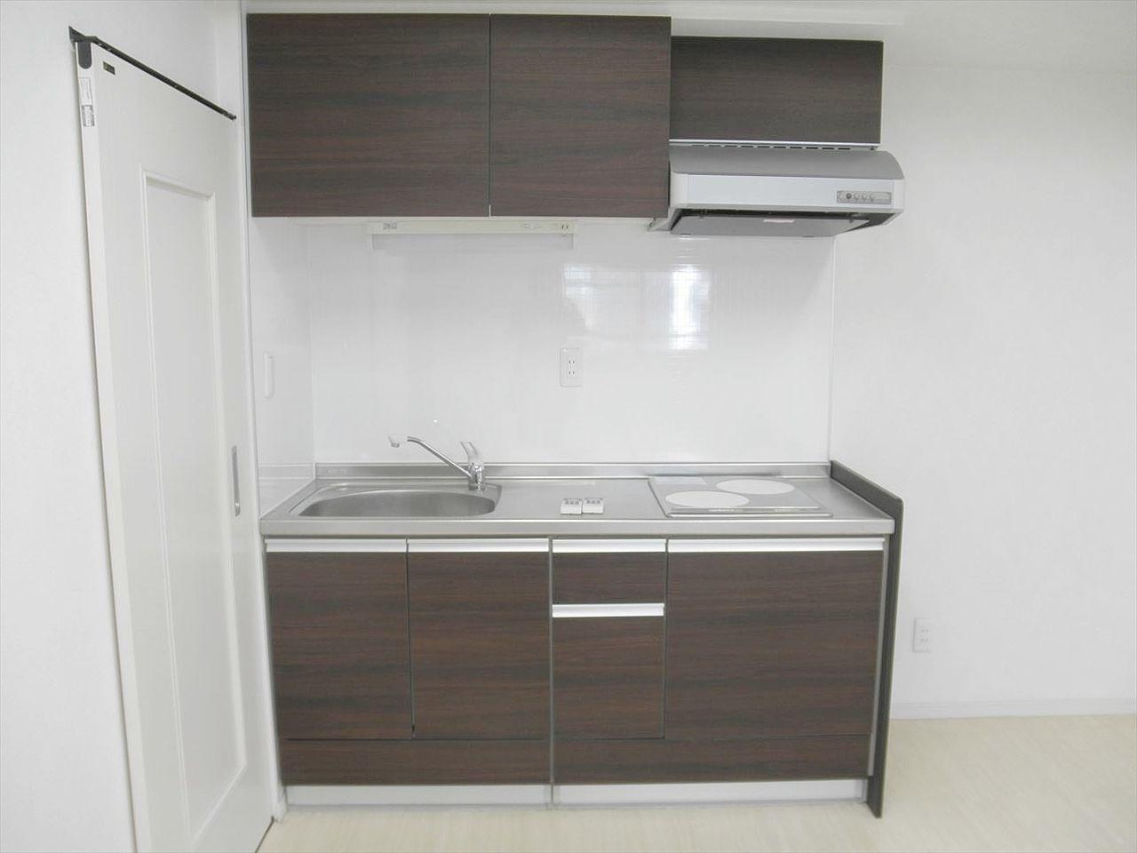 アゼリア青新ビル903号室のキッチンです。IHクッキングヒーター2口設置済みです