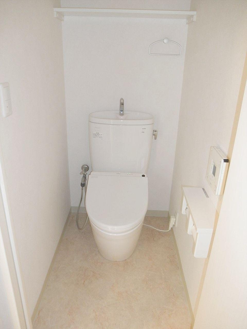 アゼリア青新ビル903号室のトイレです。バス・トイレ別でウォシュレットです