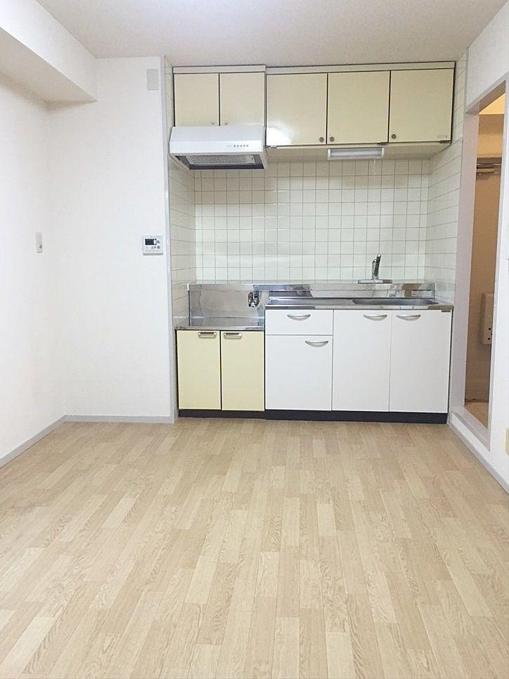 クレインヴィレッジ306号室のDKはフローリング風のクッションフロアです。キッチン広くお料理らくらく