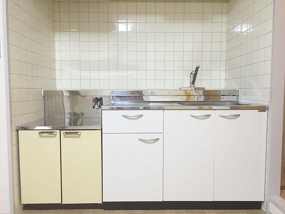 クレインヴィレッジ306号室のキッチンはガスコンロ2口設置可能です。まな板を置くスペースもある広めタイプでお料理らくらく