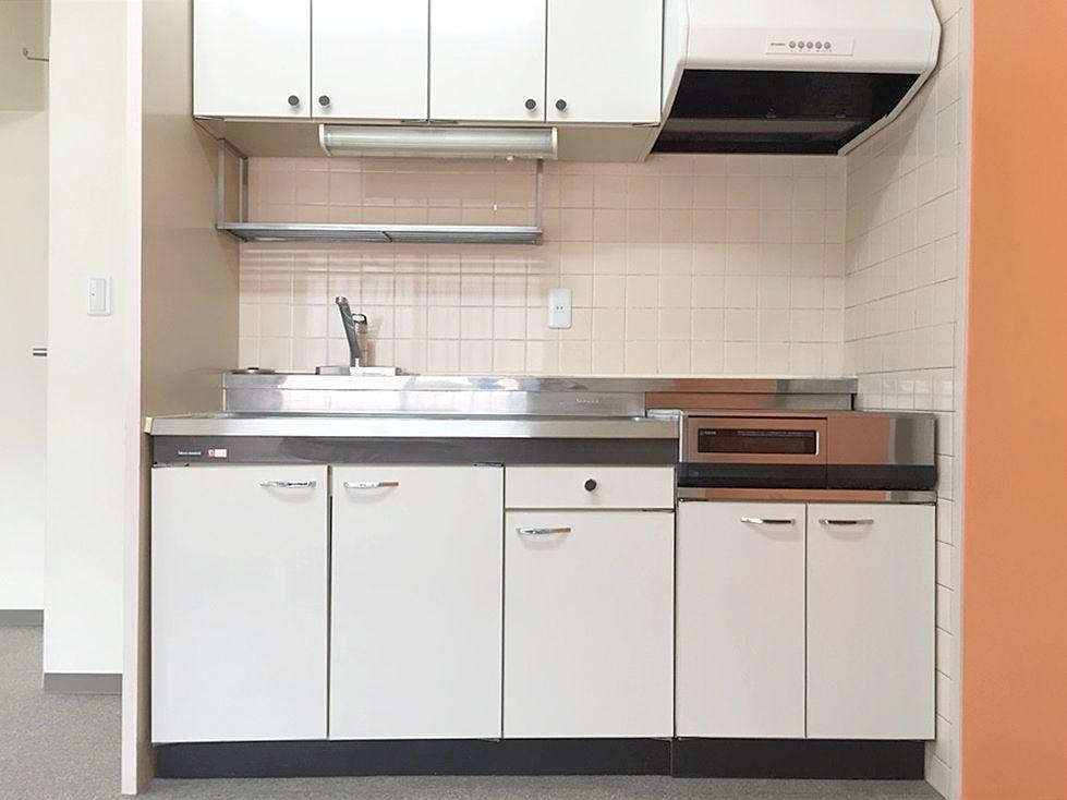 アゼリア青新ビル704号室は広めのキッチン。IHクッキングヒーター2口設置済みです