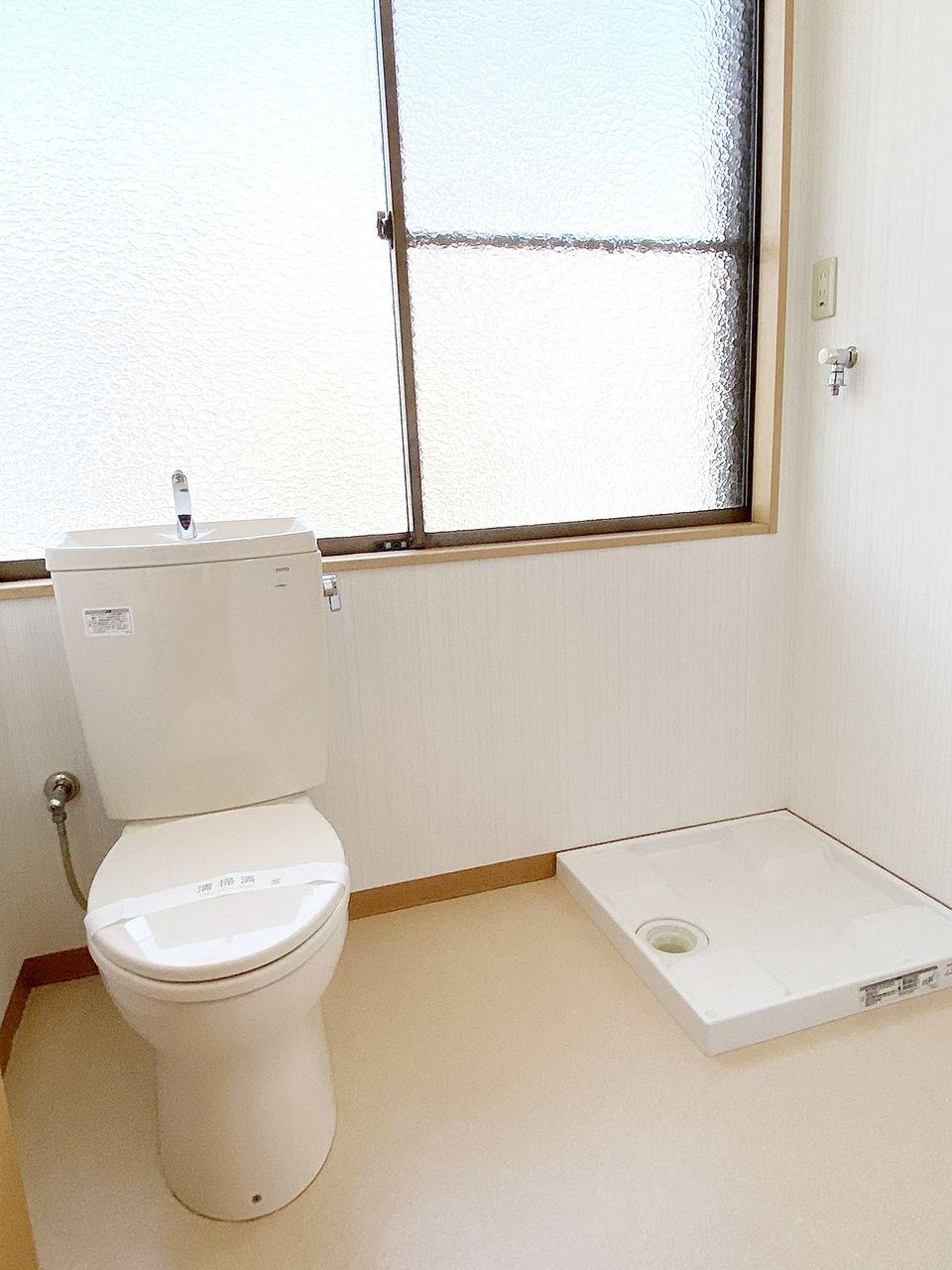 脱衣所内にトイレと洗濯機置き場があります。