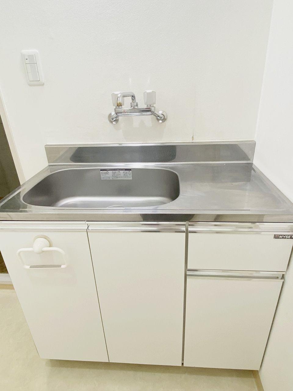 キッチンが独立しています。キッチン下にミニ給湯器がありお湯も使用可能です