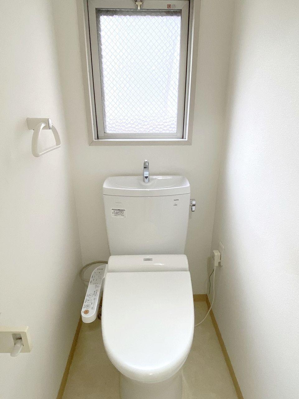 アゼリア青新ビル505号室のトイレはウォシュレット設置済です。窓があるので匂いがこもらず快適です