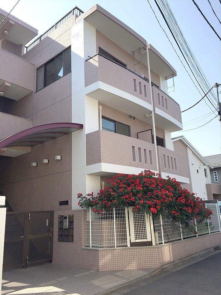 春には真っ赤な薔薇の咲く綺麗な建物で閑静な住宅街にあります。ここは本当に池袋?と思うことあります。