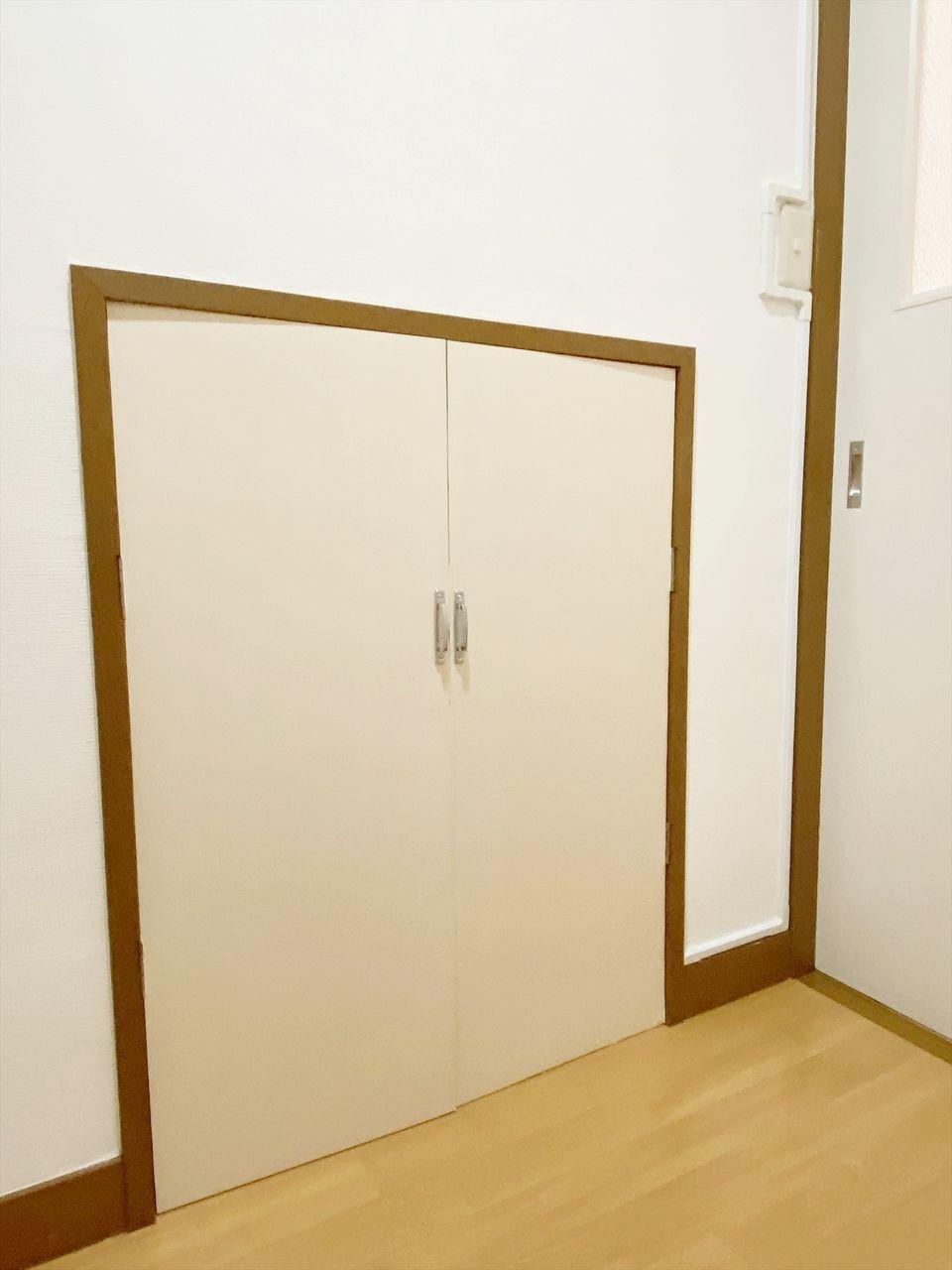 成田ハイツ202号室 玄関に階段下収納があります。スーツケールなど普段使わないものをしまっておくのによいですね