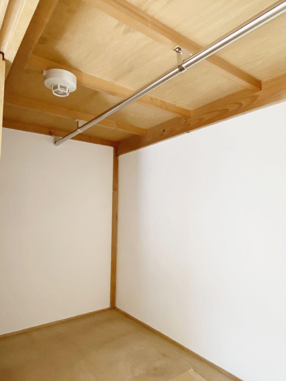 成田ハイツ202号室は収納たっぷり。押入にパイプを通しクローゼットとしても利用可