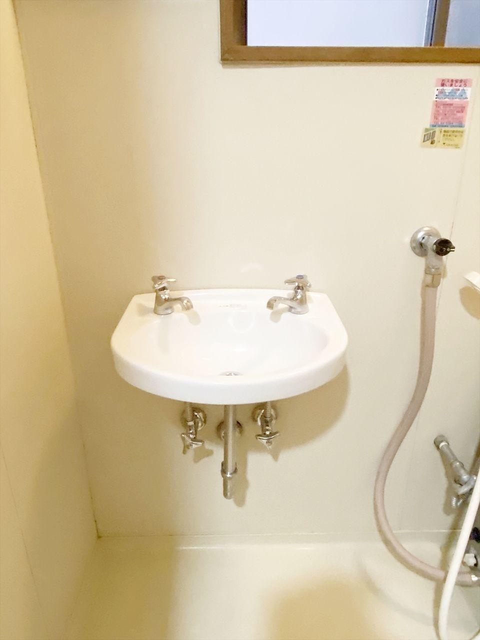 成田ハイツ202号室の洗面台はお風呂の中にあります