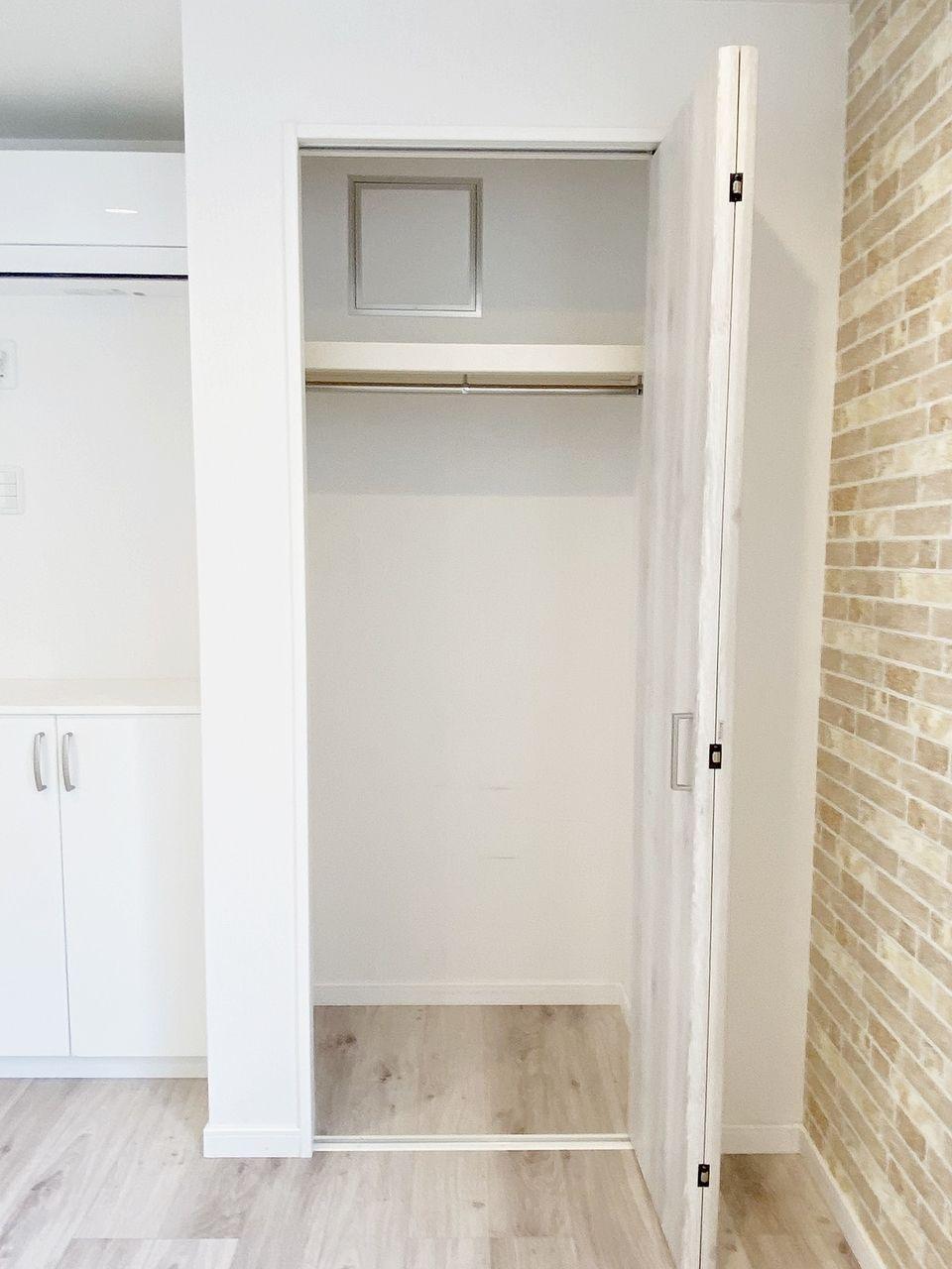 豊島区千早の賃貸マンション オーレ池袋西クローゼットです。上部に棚、中にも棚があります