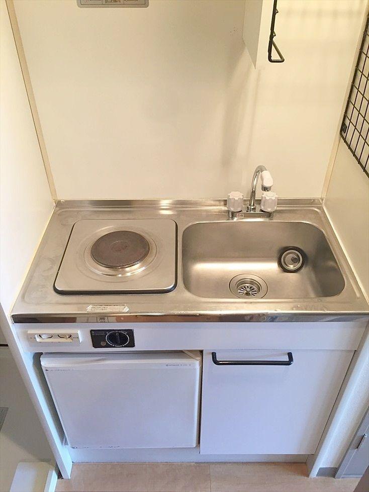 ミニキッチンです。IHに交換します。ミニ冷蔵庫は残置物扱いとなります。池袋の賃貸マンション ヴェル・エアー