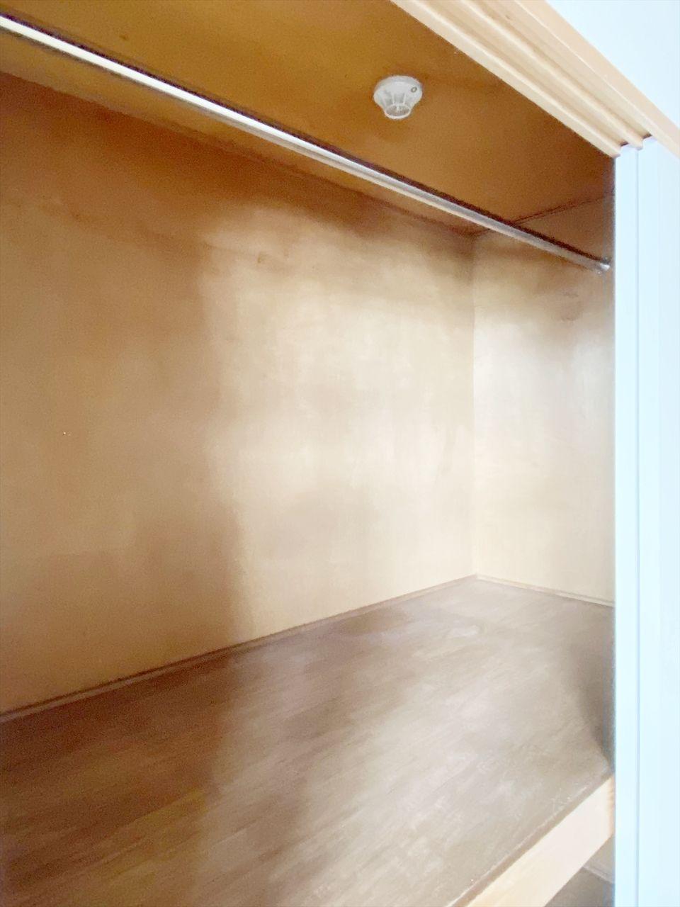 クレインヴィレッジ205号室の収納は押入れにポールを通しクローゼットとして利用可能にしました