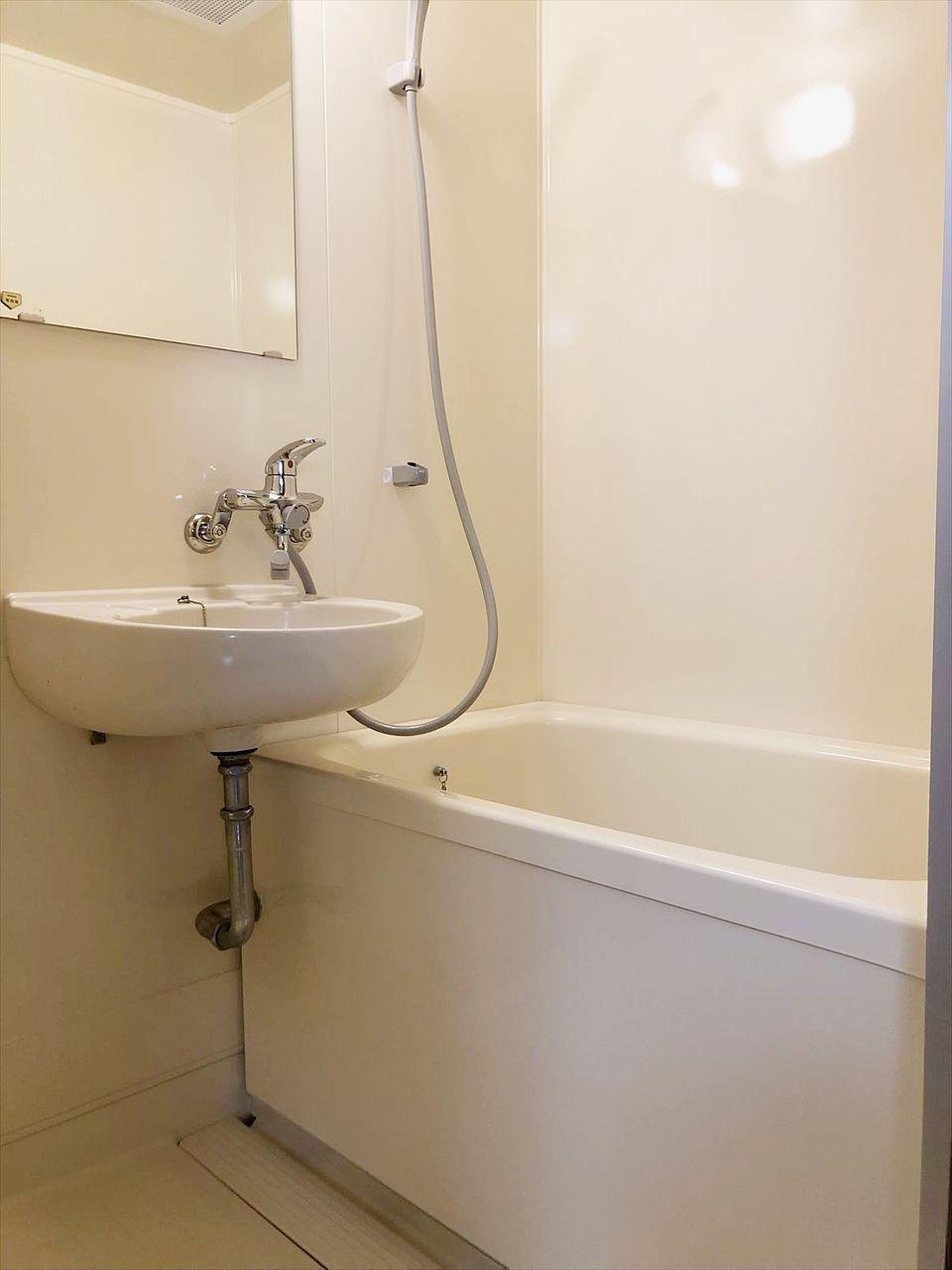 バス・トイレ別のお風呂です。2019年に特殊塗装をし綺麗になっています