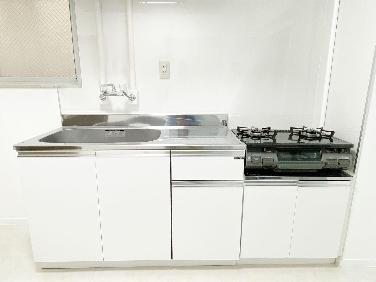 ハセガワハイツはキッチンも新品で綺麗。ガスコンロ2口設置済みでまな板を置くスペースもありお料理楽々です