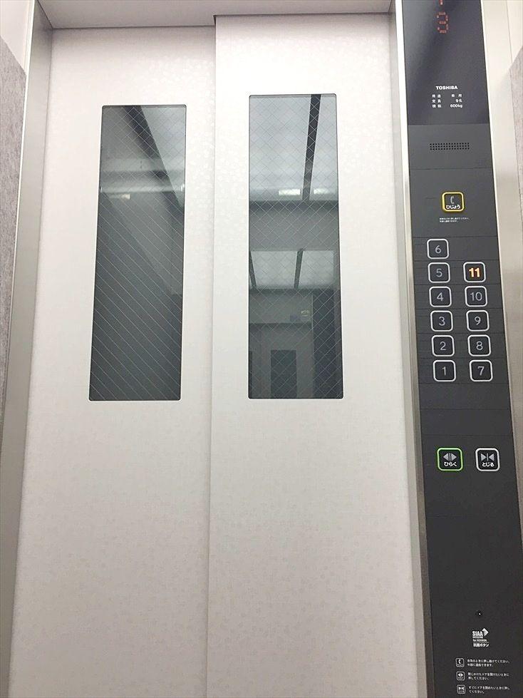 アゼリア青新ビルのエレベーターは2016年に全面的にリニューアルしました。防犯カメラも設置されて安心です