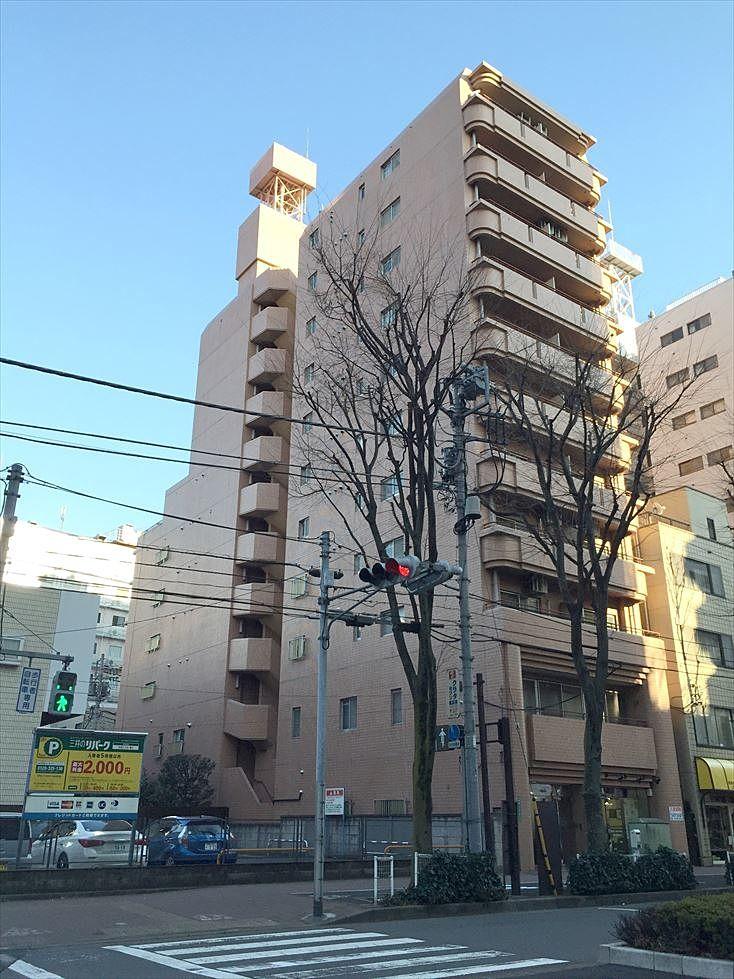 アゼリア青新ビルの外観 池袋劇場通り沿いの分かりやすい建物です