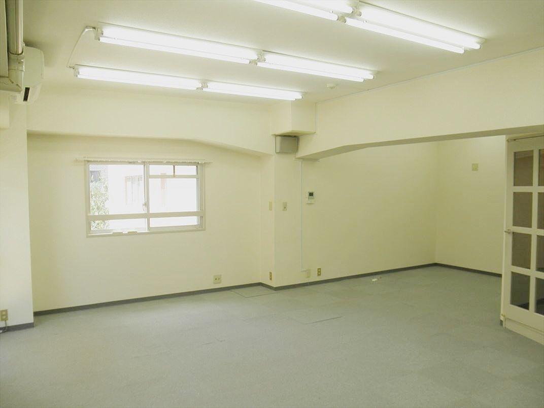 アゼリア青新ビル1003号室は西側にも窓があり明るいです