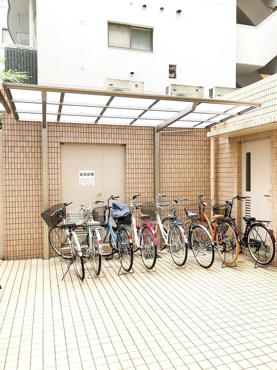池袋の貸事務所 アゼリア青新ビルの自転車置き場です。各室1台まで無料です。2015年に雨除けを設置しました。