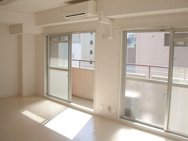 池袋の賃貸マンションアゼリア青新ビル903号室です。池袋駅徒歩7分で通勤通学に便利な立地にあり、コンビニ・スーパーも近くにあるので買い物もらくらくです。
