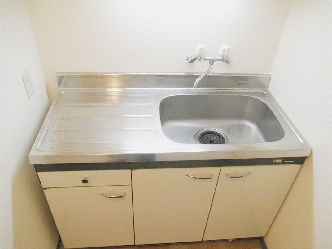 浴室を撤去した箇所にキッチンを移動しダイニングキッチン部分がまるまる応接スペースとして利用可能になっています。