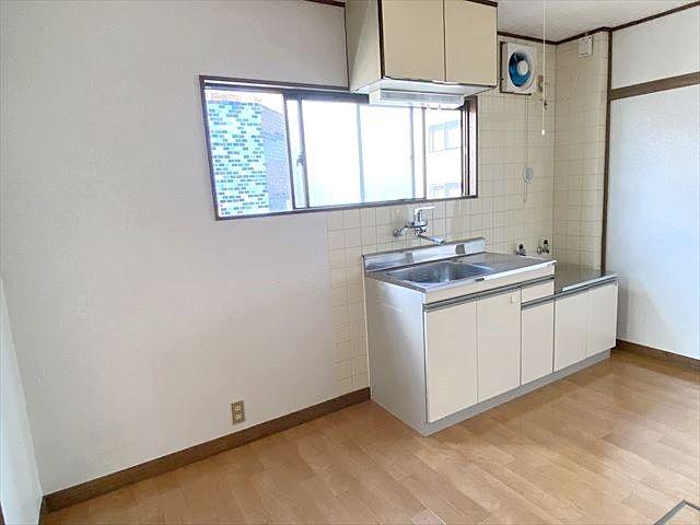 キッチンの向かい側には、バス・トイレ、洗濯置き場、洗面所があります。