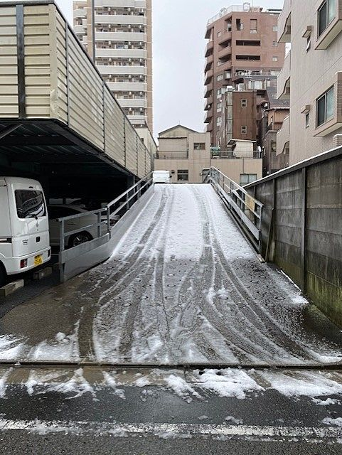 雪の積もった駐車場のスロープ
