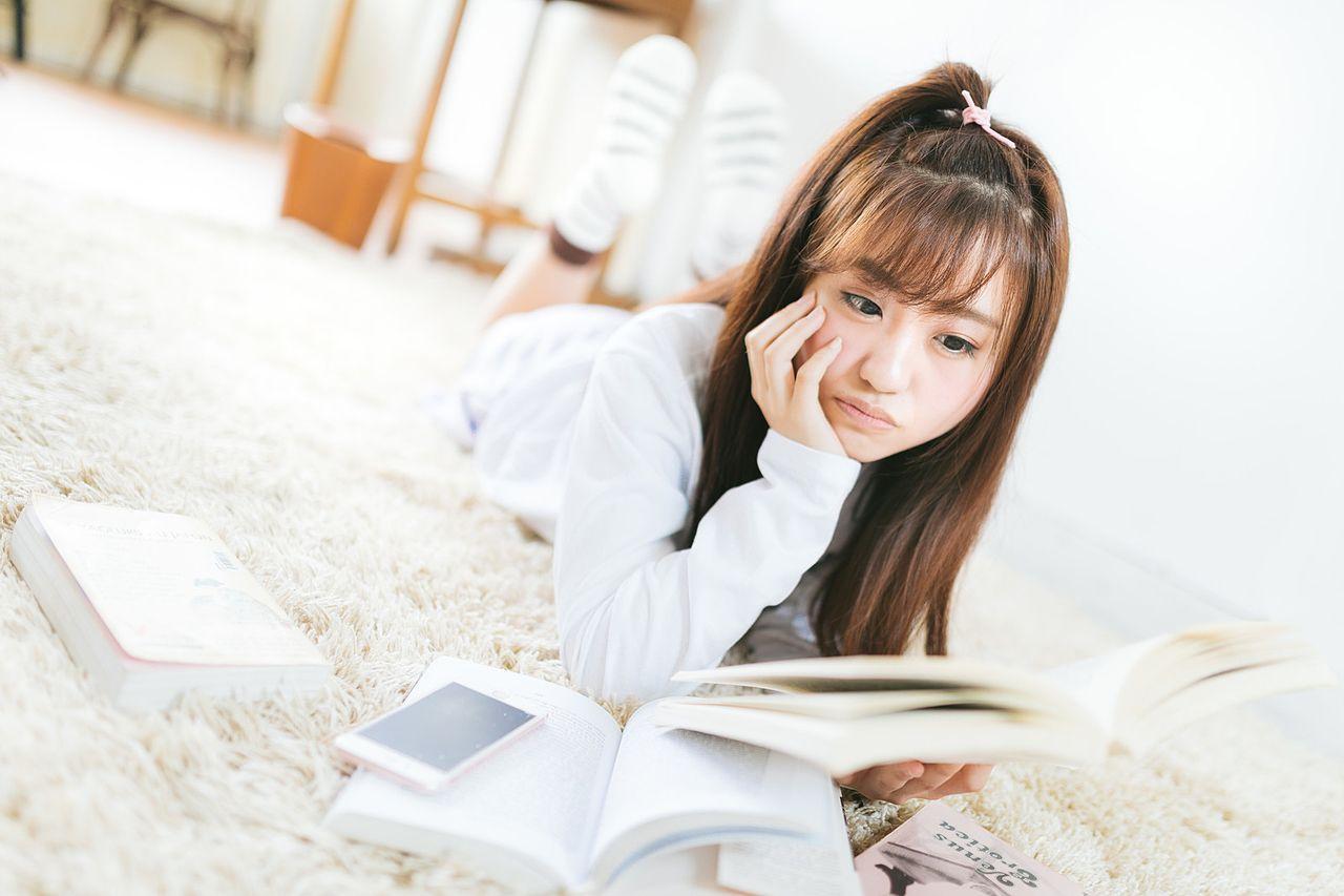 室内で読書する女子