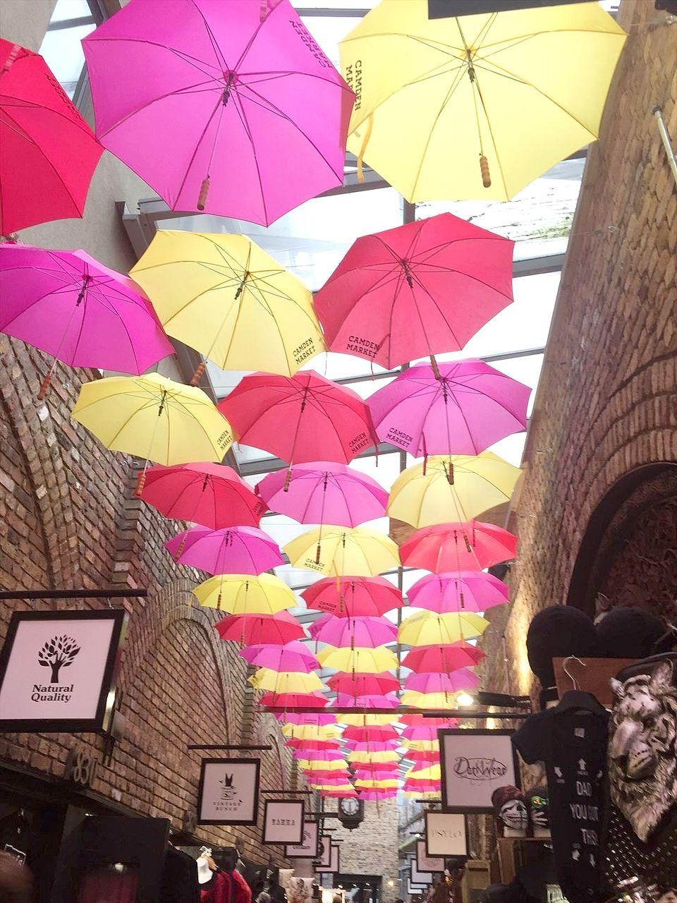 ロンドンのカムデンタウン マーケットの上がカラフルな傘に覆われていました